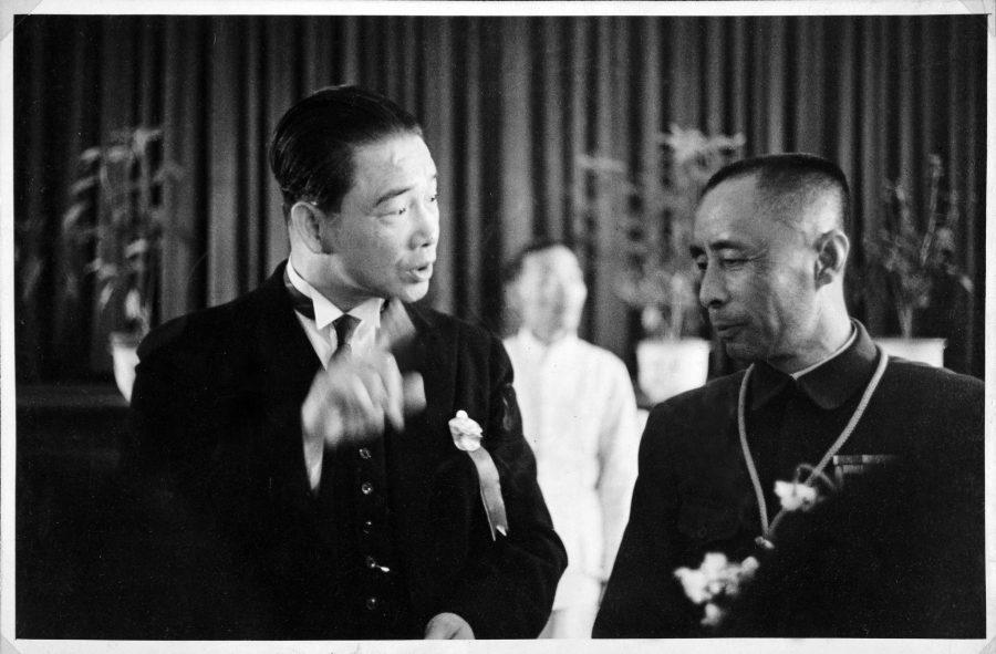 Wang Jingwei (left) speaks with Zang Shiyi (Manchukuo ambassador to RNG China)