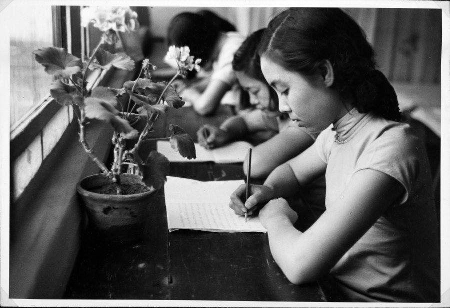 北京自由學園學生在書桌寫信。